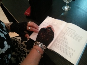 Kai- Mai firmando el libro