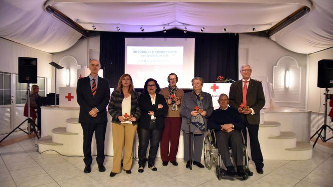 Los responsables de Cruz Roja, junto a los socios galardonados / foto JORGE DEL ÁGUILA
